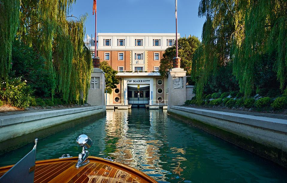JW Marriott Resort  & Spa, Ιταλία. Η άφιξη στο resort-νησί γίνεται με σκάφος και θυμίζει σκηνή από κινηματογραφική ταινία.