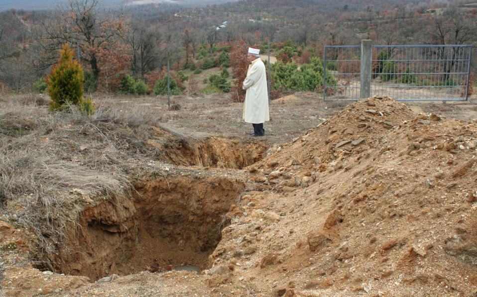 Ο μουφτής Διδυμοτείχου Μεχμέτ Σερίφ Δαμάδογλου είναι υπεύθυνος για το νεκροταφείο μεταναστών και προσφύγων στο Σιδηρώ, περίπου 30 χιλιόμετρα από τον Εβρο.