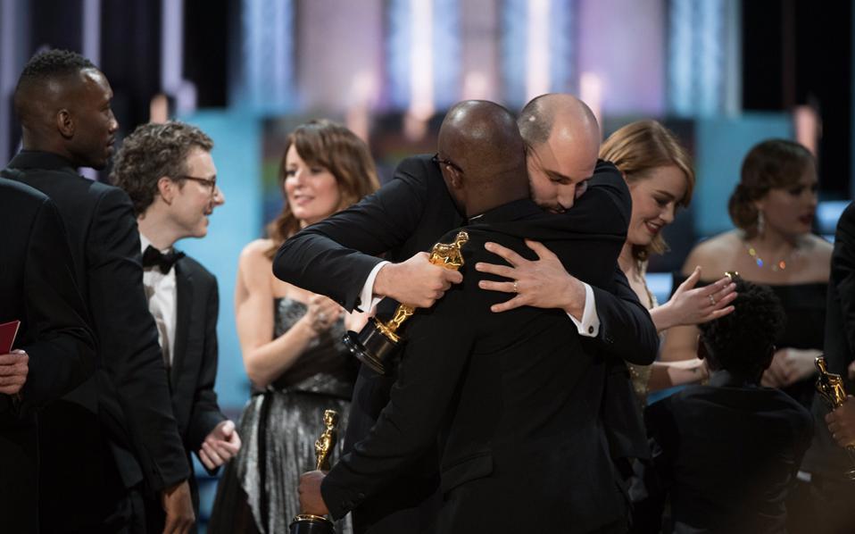 Ανταλλαγή Οσκαρ επί σκηνής: ο παραγωγός Τζόρνταν Χόροβιτς του «La La Land» αγκαλιάζει (πολύ ιπποτικά, είναι η αλήθεια) τον πραγματικό νικητή, Μπάρι Τζένκινς, καθώς το «Μοοnlight» κερδίζει το Οσκαρ καλύτερης ταινίας.