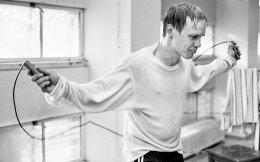 Το ασπρόμαυρο φιλμ αφηγείται την ιστορία του πυγμάχου Ολλι Μάκι, ο οποίος το 1962 έφθασε να διεκδικήσει τον παγκόσμιο τίτλο ενάντια στον Αμερικανό Ντέιβι Μουρ.