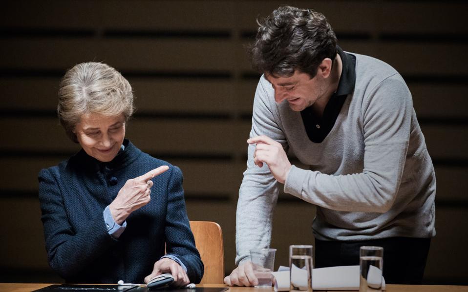 Η Σαρλότ Ράμπλινγκ και ο σκηνοθέτης Γιώργος Δρίβας, στο χθεσινό γύρισμα στο Μέγαρο Μουσικής.