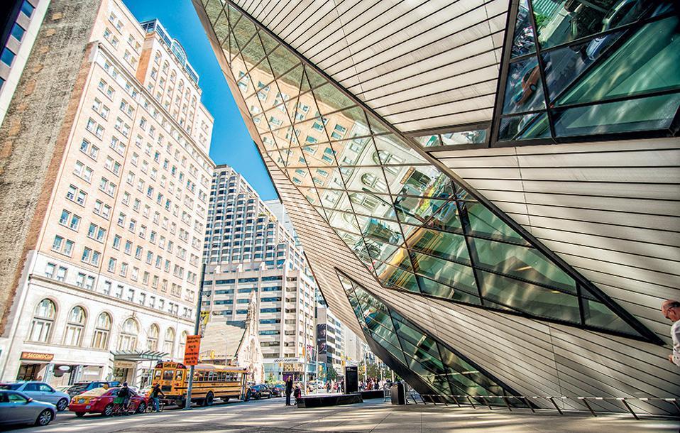 Το Royal Ontario Museum (δεξιά), εκτός από πλούτο εκθεμάτων από διαφορετικούς πολιτισμούς, έχει να επιδείξει και ένα εξαιρετικό πωλητήριο. (Φωτογραφία: SHUTTERSTOCK)