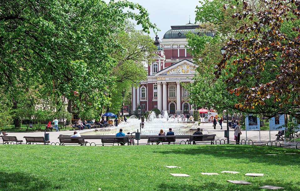 Χαλάρωση στην καταπράσινη πλατεία με το σιντριβάνι, μπροστά από το νεοκλασικό κτίριο του Εθνικού Θεάτρου Ivan Vazov. (Φωτογραφία: SHUTTERSTOCK)