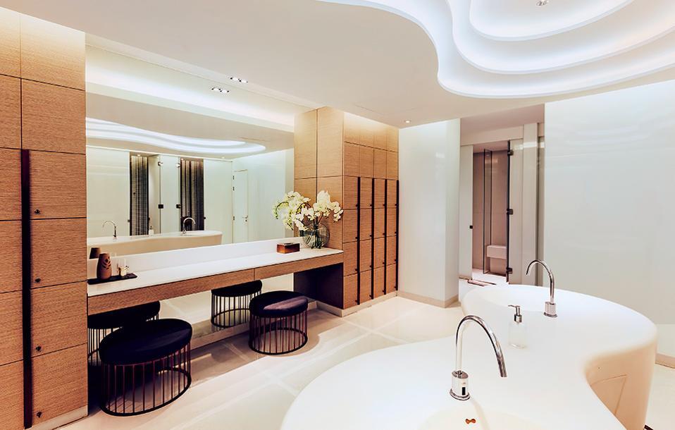 Στο ξενοδοχειακό μπάνιο η λειτουργικότητα πρέπει να συναντά την υψηλή αισθητική.