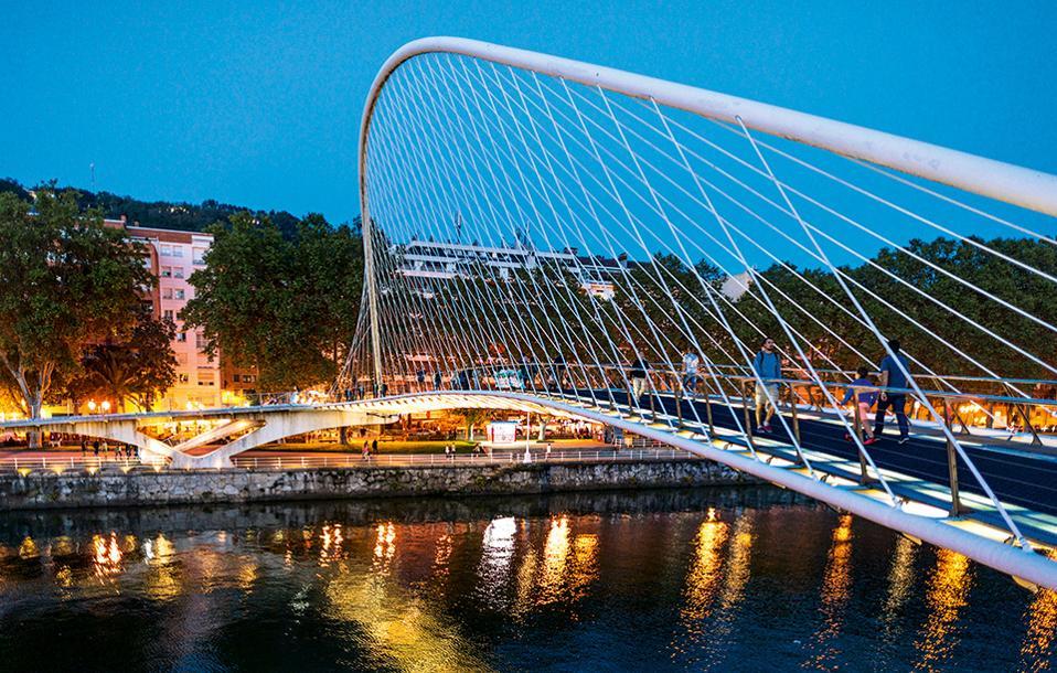 Η πεζογέφυρα Zubizuri του Calatrava, αν και περισσότερο εντυπωσιακή παρά πρακτική, είναι ένα σύμβολο της σύγχρονης αρχιτεκτονικής αναγέννησης της πόλης. (Φωτογραφία: Shutterstock)