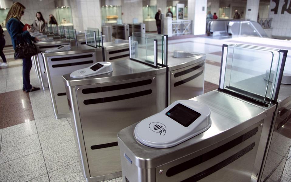 Οι πύλες (μπάρες) εισόδου-εξόδου, που βρίσκονται ήδη σε πολλούς σταθμούς του μετρό, παραμένουν ανοιχτές μέχρι την πλήρη λειτουργία του συστήματος.