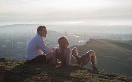 Γιούαν Μακ Γκρέγκορ και Γιούεν Μπρέμνερ αράζουν με θέα το Εδιμβούργο, στο σίκουελ του θρυλικού «Trainspotting».