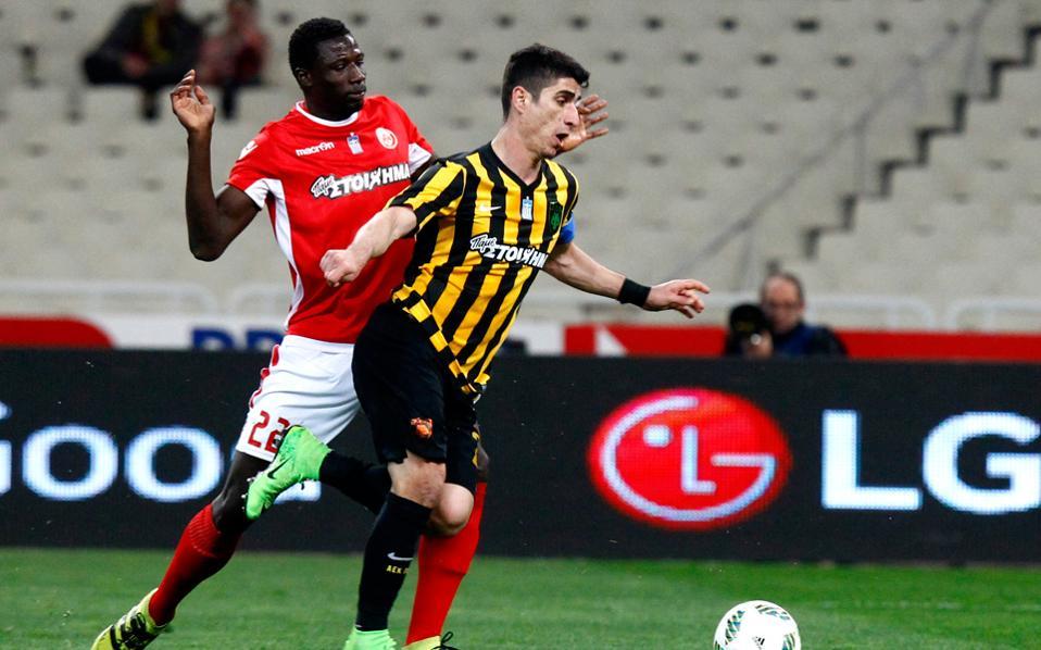 Στο 12ο λεπτό ο Μάνταλος έπεσε στη μεγάλη περιοχή και ο διαιτητής Σιδηρόπουλος καταλόγισε πέναλτι, με το οποίο η ΑΕΚ άνοιξε το σκορ.