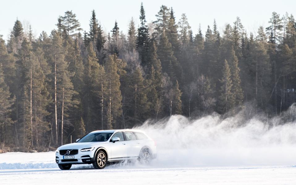 Ο φωτογράφος Damiano Fiorentini απεικονίζει στα έργα του τον δραστήριο και ταυτόχρονα premium χαρακτήρα του Volvo V90 Cross Country.