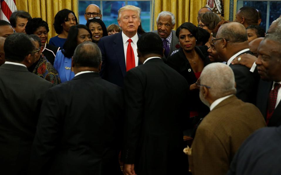 Ο Αμερικανός πρόεδρος Ντόναλντ Τραμπ υποδέχεται Αφροαμερικανούς επικεφαλής ανώτατων εκπαιδευτικών ιδρυμάτων στο Οβάλ Γραφείο του Λευκού Οίκου.
