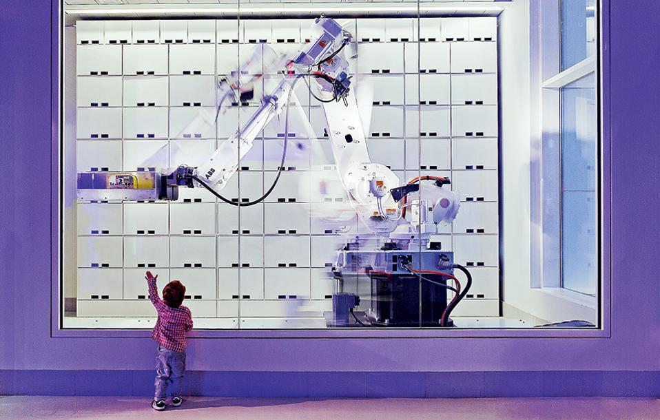 Η τεχνολογία στην υπηρεσία της φιλοξενίας: ρομπότ αναλαμβάνει τη μεταφορά των αποσκευών. (Φωτογραφία: FRANK OUDEMAN)