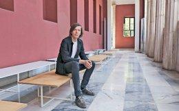 Από το ερχόμενο Σάββατο και έως τις 16 Ιουλίου η Αθήνα θα είναι η πρωτεύουσα της διεθνούς εικαστικής δημιουργίας. Δημόσιοι χώροι και ιδρύματα της πόλης υποδέχονται την documenta 14 και μαζί εκατοντάδες έργα τέχνης Ελλήνων και ξένων καλλιτεχνών και χιλιάδες επισκέπτες. Η ιδέα ανήκει στον καλλιτεχνικό διευθυντή της διοργάνωσης Ανταμ Σίμτσικ (φωτογραφία), ο οποίος πρότεινε, για πρώτη φορά στην 62χρονη διαδρομή του ιστορικού θεσμού, άρρηκτα συνδεδεμένου με τη γερμανική πόλη Κάσελ, να συμπεριλάβει και την Αθήνα.