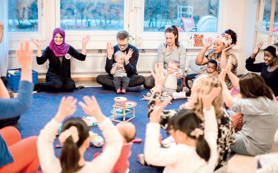"""Στιγμές χαλάρωσης και ευεξίας επιφυλάσσει το «Swedish with baby» στα μέλη του – ανήλικα και ενήλικα. «Οι μπαμπάδες είναι εξίσου ευπρόσδεκτοι, αλλά το """"παρών"""" δίνουν κυρίως οι μαμάδες», εξηγεί η διευθύνουσα σύμβουλος."""
