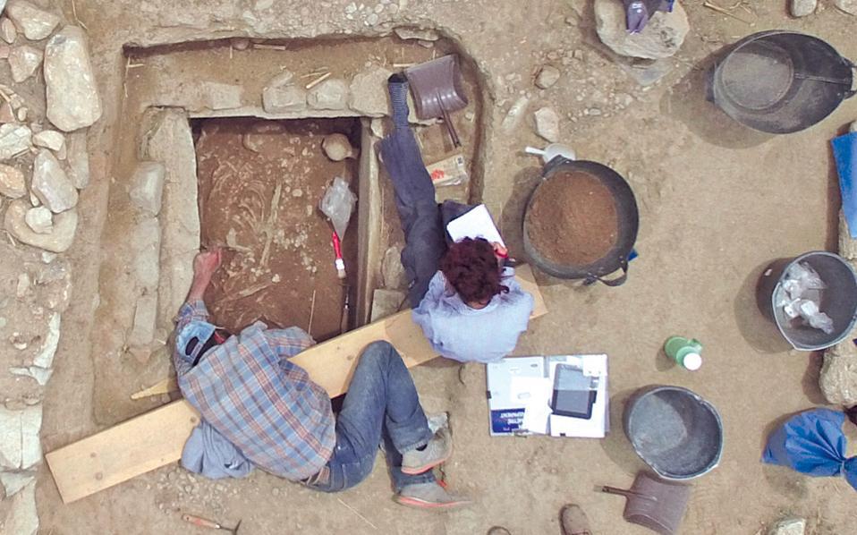 Οι ανασκαφές στον Μαραθώνα φέρνουν στο φως ιστορίες που συγκινούν. Οπως αυτή του πολεμιστή των πρώιμων μυκηναϊκών χρόνων, που θάφτηκε (περ. 1600 π.Χ.) στο Πλάσι, στο κέντρο της μεγάλης πεδιάδας του Μαραθώνα, περίπου 1.000 μέτρα από τον Τύμβο και 2.000 μέτρα από το Τρόπαιο της μάχης. Το εύρημα του Μυκηναίου πολεμιστή θα παρουσιαστεί σήμερα στις 5 το απόγευμα, δεύτερη ημέρα του επιστημονικού συμποσίου «Ανασκαφή και Ερευνα XI», που διοργανώνεται στο κεντρικό κτίριο του Πανεπιστημίου Αθηνών.
