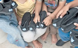 Στο Κοινωνικό Παντοπωλείο του Δήμου Αχαρνών τα παιδιά περιμένουν κάθε μέρα υπομονετικά τη σειρά τους για να δοκιμάσουν παπούτσια και να φύγουν με ένα καινούργιο ζευγάρι.