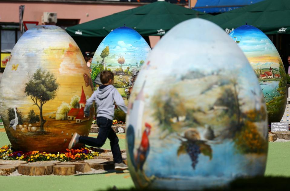 Παραδοσιακά. Μια δεκαετία τώρα δεκάδες καλλιτέχνες της Κροατίας βάφουν τα ύψους δύο μέτρων αβγά από πολυεστέρα, σύμφωνα με την παράδοσή τους, χρησιμοποιώντας τα δηλαδή σαν καμβά για πραγματικά έργα τέχνης. Αυτή είναι και η παράδοση της χώρας που δεν περιορίζεται στο κόκκινο και πράσινο χρώμα. Τα έργα για αρχή εκτίθενται στην Koprivnica και στην συνέχεια ταξιδεύουν σε κάθε ευρωπαϊκή πρωτεύουσα για να βάλουν λίγο κροάτικο χρώμα στις πασχαλινές γιορτές.  REUTERS/Antonio Bronic