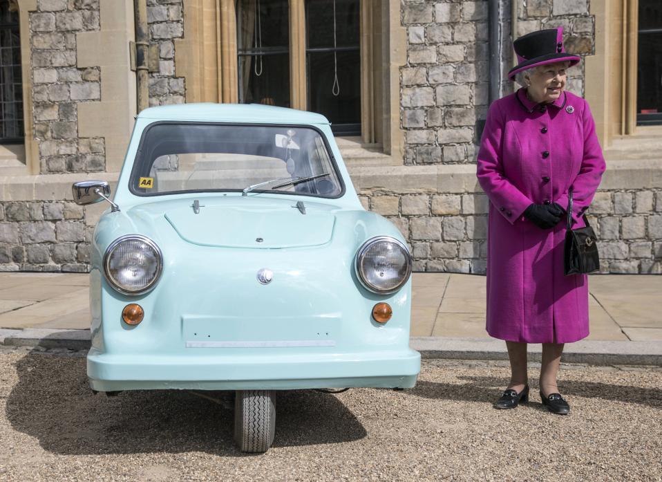 Παλιομοδίτικο. Τον  «δρόμο για την ελευθερία» είχε σκοπό η φιλανθρωπική δράση Motability που βοήθησε εκατομμύρια ανθρώπους και  ξεκίνησε πριν από 40 χρόνια. Η επέτειος γιορτάστηκε στο Windsor Castle, παρουσία της Βασίλισσας. Στην φωτογραφία η Ελισάβετ ποζάρει δίπλα σε ένα από τα δημοφιλέστερα μέσα μετακίνησης του 60' και του 70' για άτομα με αναπηρία. (Richard Pohle/Pool Photo via AP)