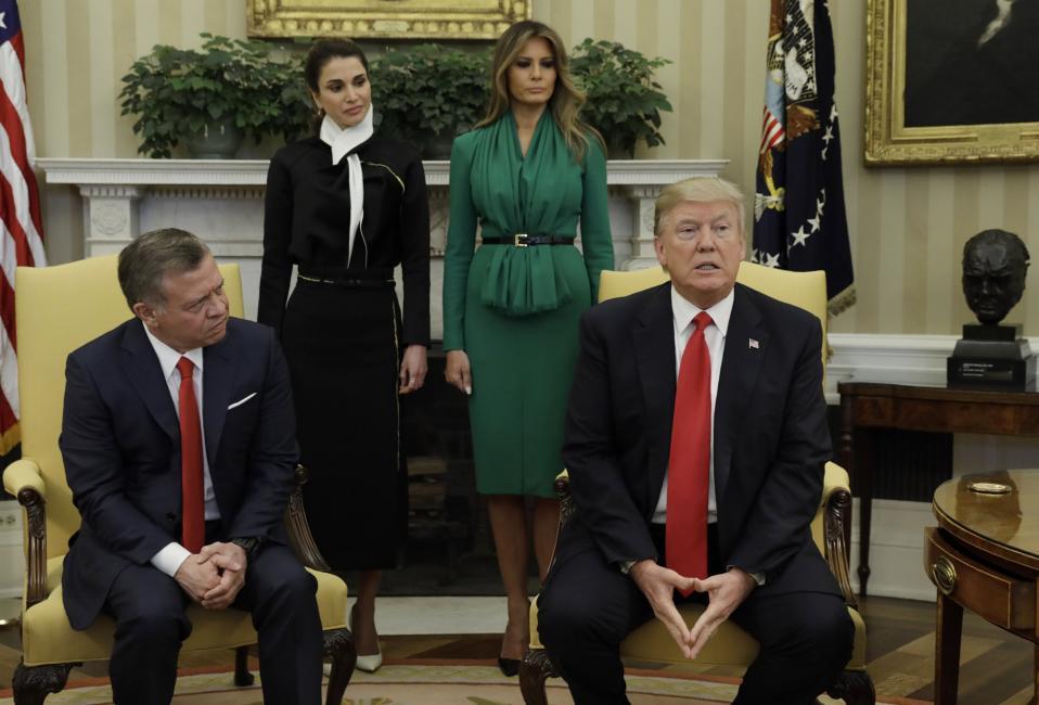 Διακοσμητικές κυρίες; ή η Michelle δεν θα το έκανε. Ούτε καν καθισμένες στους καναπέδες δίπλα στους συζύγους, αλλά όρθιες πίσω από αυτούς, στάθηκαν για λίγο η Βασίλισσα Rania της Ιορδανίας και η πρώτη κυρία Melania Trump. Οι δυο κυρίες αποχώρησαν, ακολουθώντας  τον δικό τους πρόγραμμα, ενώ ο Βασιλιάς Abdulah και ο πρόεδρος  Trump μιλούσαν για τα ακανθώδη ζητήματα της Μέσης Ανατολής. Αξίζει να σημειωθεί ότι η Βασίλισσα Rania έχει ενεργό ισχυρό  πολιτικό λόγο και συμμετοχή στα κοινά. REUTERS/Kevin Lamarqu