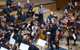 Ο Ρώσος Ντάνιελ Ράισκιν διευθύνει Σύρους και Ελληνες μουσικούς σε μια μαγική βραδιά στο Μέγαρο.