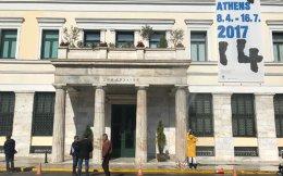To Δημαρχείο Αθηνών, φωτογραφημένο χθες, στη διάρκεια εργασιών απομάκρυνσης ατμοσφαιρικών ρύπων. Το κτίριο θα αποκτήσει προστασία.