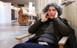 Η Μαρία Οικονομοπούλου, που ζει 32 χρόνια στην Ολλανδία, συμμετέχει στην έκθεση της Διπλαρείου Σχολής. Εχει χρησιμοποιήσει ως υλικό των έργων της φύλλα της «Κ», τα οποία της έστελνε η μητέρα της για να διατηρεί επαφή με τη γλώσσα και τη χώρα.