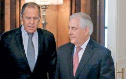 Ασυνήθιστα ψυχρή υποδοχή επιφύλαξε ο Ρώσος υπουργός Εξωτερικών Σεργκέι Λαβρόφ (αριστερά) στον Αμερικανό ομόλογό του Ρεξ Τίλερσον, στη Μόσχα. Ο Ρώσος πρόεδρος δέχθηκε, αργά χθες το απόγευμα, τον κ. Τίλερσον στο Κρεμλίνο, αφού τον είχε αφήσει να περιμένει αρκετές ώρες. Σε δηλώσεις τους μετά το πέρας της συνάντησης, οι ΥΠΕΞ των δύο κρατών παραδέχθηκαν ότι οι ρωσο-αμερικανικές σχέσεις βρίσκονται στο χειρότερο σημείο των τελευταίων ετών.