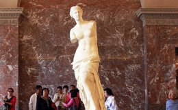 Η Αφροδίτη της Μήλου χρονολογείται γύρω στο 100 π.Χ. Το 1821 ο Γάλλος πρεσβευτής Mαρκήσιος ντε Pιβιέρ δώρισε το άγαλμα στον Λουδοβίκο ΙΗ΄ και έκτοτε βρίσκεται στο Λούβρο.
