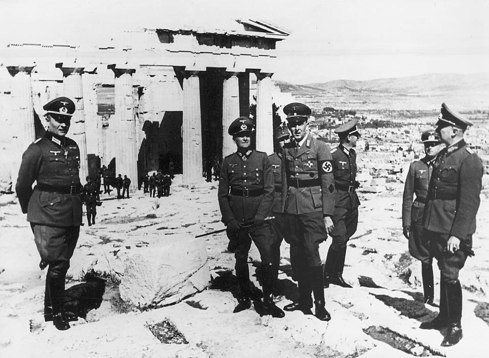Επίσκεψη ανώτατων αξιωματικών της Βέρμαχτ στην Ακρόπολη. Στις 27 Απριλίου τα γερμανικά στρατεύματα εισέρχονται στην Αθήνα και ξεκινά η περίοδος της κατοχής της Ελλάδας από τις δυνάμεις του Άξονα (1941-1944). (Φώτο Συλλογή Μ.Τσαγκάρη)