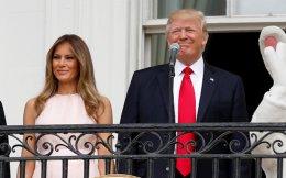 Η Μελάνια Τραμπ φέρεται ότι παρότρυνε διακριτικά τον σύζυγό της να βάλει το χέρι στην καρδιά στην ανάκρουση του εθνικού ύμνου.