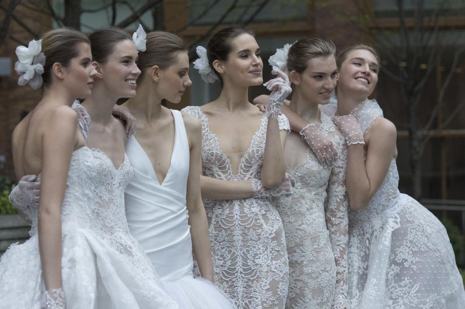 Μπουκέτο. Με ολόδροσες νύφες ξεκίνησε η εβδομάδα μόδας της Νέας Υόρκης.  Η φωτογραφία από την υπαίθρια επίδειξη της ρομαντικής Monique Lhuillier. (AP Photo/Mary Altaffer)