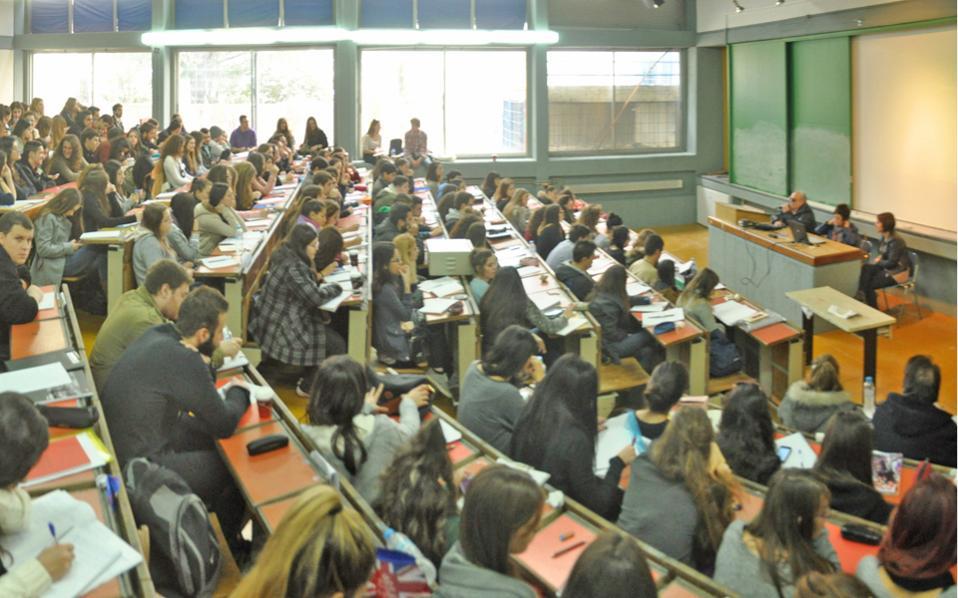 Η κρίση έριξε τις τιμές. Τα 30 ευρώ φτάνει η αμοιβή του καθηγητή για τη συγγραφή 10σέλιδης εργασίας φοιτητών.