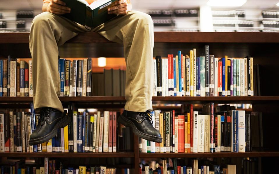 H Παγκόσμια Ημέρα Βιβλίου, που εορτάζεται την Κυριακή 23 Απριλίου, αποτελεί μια πρώτης τάξεως ευκαιρία για να θυμηθούμε τη σημασία της ανάγνωσης, αλλά, ασφαλώς, και την απόλυτη απουσία συγκροτημένης πολιτικής για το βιβλίο.