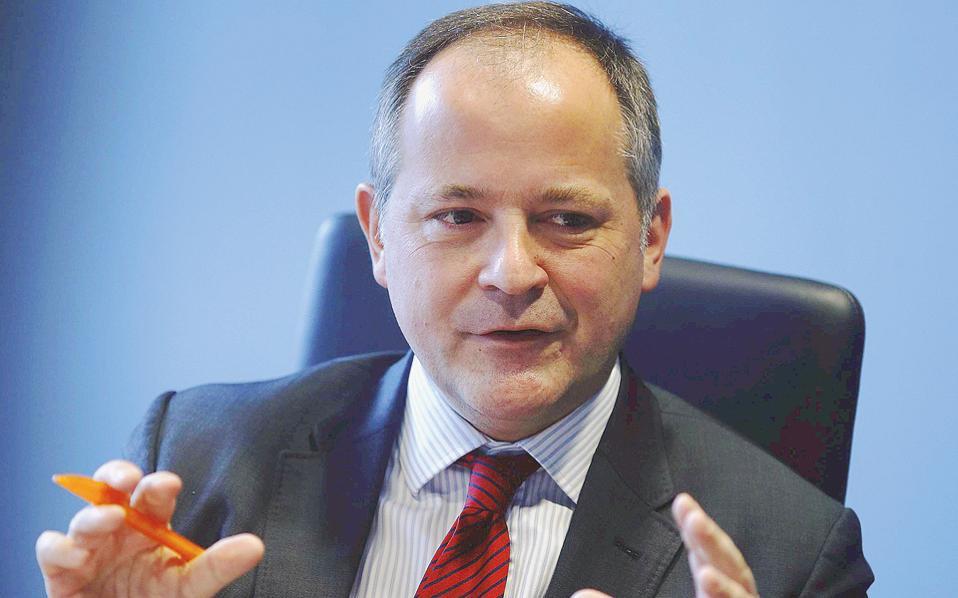 Ο Μπενουά Κερέ, μέλος του Δ.Σ. της ΕΚΤ, διαφοροποιήθηκε από τη θέση συναδέλφων του, δηλώνοντας πως δεν βλέπει πλέον κινδύνους για την οικονομία της Ευρωζώνης. Μολονότι ο κ. Κερέ δεν ανήκει στους πολεμίους του προγράμματος ποσοτικής χαλάρωσης, η δήλωσή του θα μπορούσε να ερμηνευθεί ως παρότρυνση για μείωση ή και τερματισμό του.