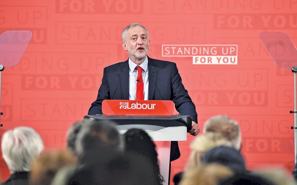 Ο ηγέτης των Εργατικών Τζέρεμι Κόρμπιν, κατά την εναρκτήρια προεκλογική του συγκέντρωση, στο Λονδίνο.