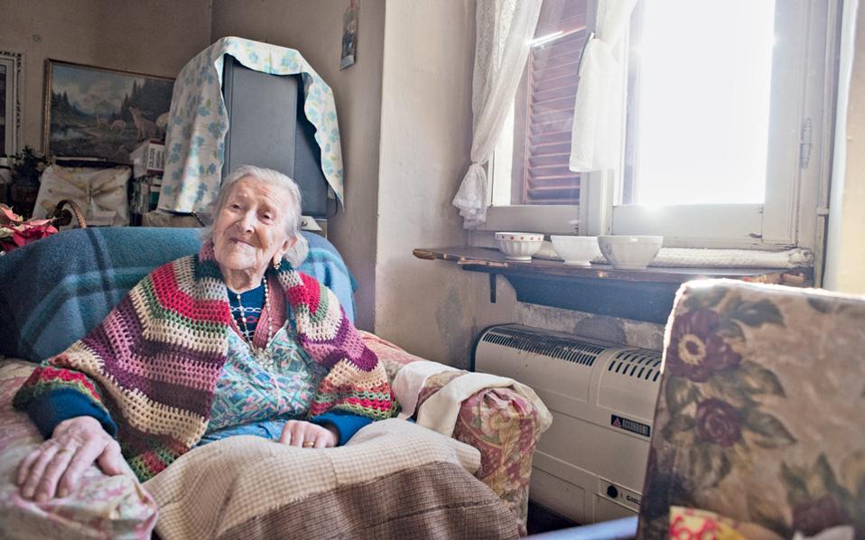 Η Εμα Μοράνο, σε ηλικία 115 ετών, στο διαμέρισμά της στη Βερμπάνια του Πιεμόντε, τον Ιανουάριο του 2015. Η Μοράνο απεβίωσε φέτος σε ηλικία 117 ετών.