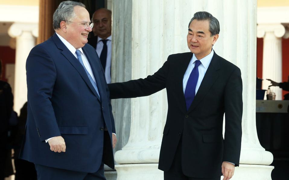 Στη φωτογραφία, ο υπουργός Εξωτερικών Νίκος Κοτζιάς υποδέχεται στο Ζάππειο Μέγαρο τον Κινέζο ομόλογό του Γουάνγκ Γι.