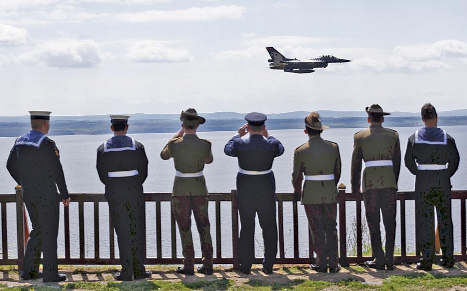 Τουρκικό αεροσκάφος εκτελεί πτήση για την επέτειο των 102 ετών από τη μάχη της Καλλίπολης.