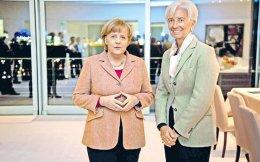 H επικεφαλής του ΔΝΤ Κριστίν Λαγκάρντ (δεξιά) φέρεται να διεμήνυσε πως υπάρχει κατανόηση μεταξύ της ίδιας και της Γερμανίδας καγκελαρίου Αγκελα Μέρκελ να δοθεί λύση στο ελληνικό ζήτημα και να μη μείνει ως εκκρεμότητα μέχρι τις γερμανικές εκλογές.