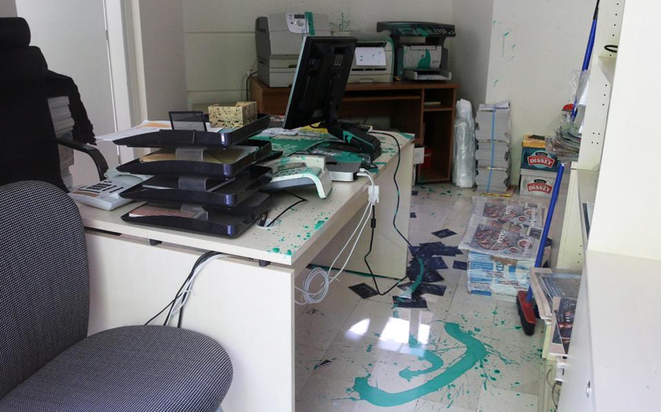 Οι δράστες πέταξαν μπογιές και φέιγ βολάν κατά των δημοσιογράφων στα γραφεία της «Κ» στη Θεσσαλονίκη.