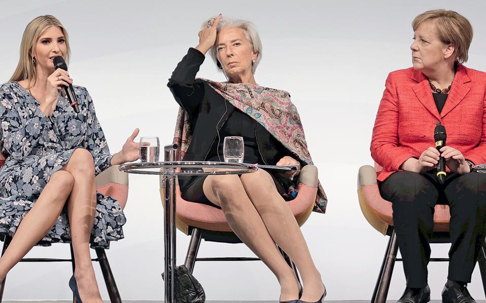 Η Ιβάνκα Τραμπ - Κούσνερ μιλάει στο Βερολίνο, στη σύνοδο των W20, με στόχο τη στήριξη της γυναικείας επιχειρηματικότητας, μαζί με την επικεφαλής του ΔΝΤ Κριστίν Λαγκάρντ και την καγκελάριο Αγκελα Μέρκελ. Αντιδράσεις –με σφυρίγματα– προκάλεσε ο ισχυρισμός της κ. Τραμπ - Κούσνερ ότι ο πατέρας της είναι υπέρμαχος των δικαιωμάτων των γυναικών στον χώρο εργασίας, με τη συντονίστρια της συζήτησης να υπενθυμίζει παλαιότερες δηλώσεις του προέδρου Τραμπ, στις οποίες μιλούσε περιφρονητικά για το γυναικείο φύλο, χρησιμοποιώντας απρεπείς και μειωτικούς χαρακτηρισμούς.