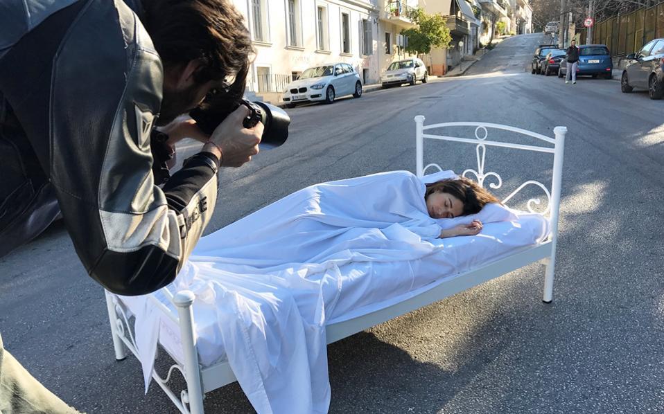 Το εικαστικό δρώμενο στην πλατεία Συντάγματος θα ξεκινήσει με ένα κρεβάτι στο πεζοδρόμιο και μετά συνεχίζεται με μια έκπληξη.