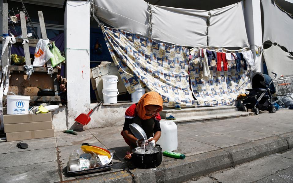 Το μεγαλύτερο πρόβλημα για τους πρόσφυγες και μετανάστες του Ελληνικού είναι η έλλειψη επίσημης ενημέρωσης.