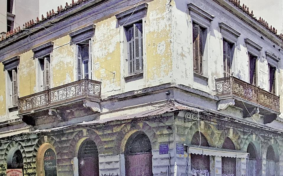 Θεάτρου 2 και Σωκράτους 9. Διασώζεται έως σήμερα το σπίτι που έχτισε μαθητής του Τσίλλερ ή ο ίδιος ο Τσίλλερ πιθανώς στα τέλη του 19ου αιώνα. Δεξιά, ο Φώτης Χρ. Μαργαρίτης στο μπαλκόνι του σπιτιού γύρω στο 1923.
