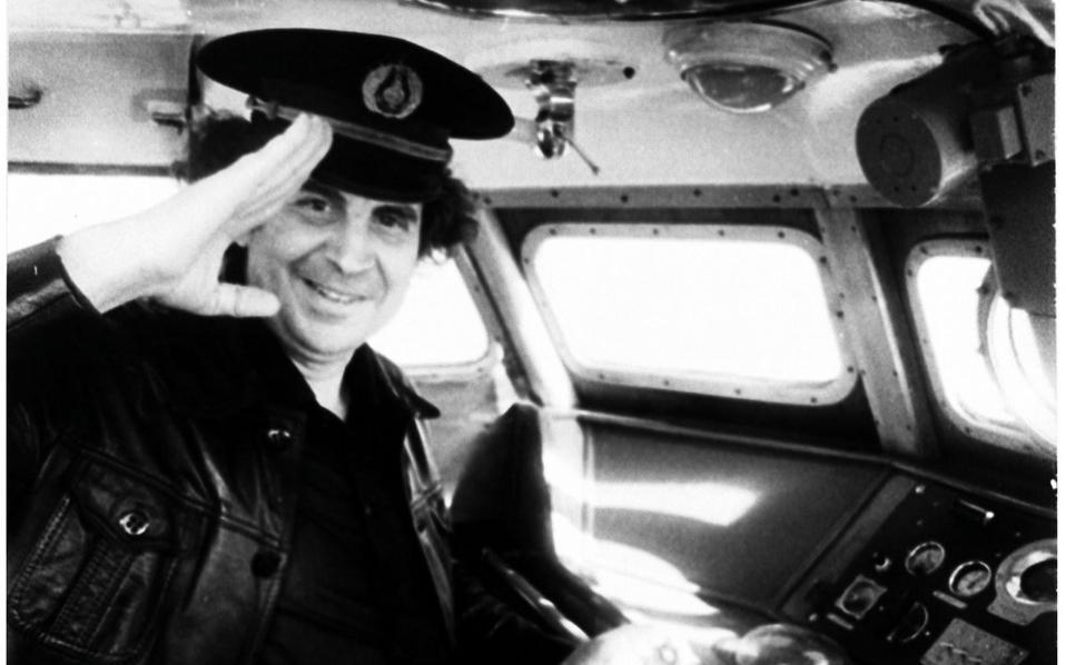 Ο Μίκης Θεοδωράκης σε ποταμόπλοιο το 1978 στη λίμνη Βαϊκάλη της Σιβηρίας. Γράφει ο Διονύσης Σαββόπουλος: «Βρεθήκαμε να κατηφορίζουμε την κεντρική οδό της πόλης, την Τσιμισκή. Οπότε τον πλησιάζω και, πιάνοντάς τον απ' τον αγκώνα, τον αποσπώ από την υπόλοιπη παρέα. Ηθελα πάλι να του πω: «Καλώς ήρθες στη ζωή μας! Είμαι μαγεμένος μαζί σου!». Αντ' αυτού όμως, παθαίνω τον γλωσσοδέτη του μαθητή που θαυμάζει μεν τον δάσκαλό του...».