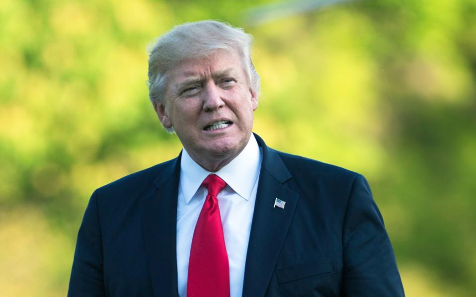 Το σχέδιο περιλαμβάνει μείωση της φορολογίας εισοδήματος ακόμη και για τους πλουσιότερους Αμερικανούς και κατάργηση σειράς φοροαπαλλαγών. Παράλληλα, ο κ. Τραμπ ετοιμάζεται να αποσύρει τις ΗΠΑ από τη συμφωνία ελεύθερου εμπορίου της Βόρειας Αμερικής (NAFTA).