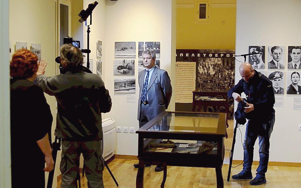 Ο ιστορικός Ευάνθης Χατζηβασιλείου (επάνω) και ο Τάσος Σακελλαρόπουλος, υπεύθυνος των Ιστορικών Αρχείων του Μουσείου Μπενάκη, μιλούν για την Ιουλία Μπίμπα.