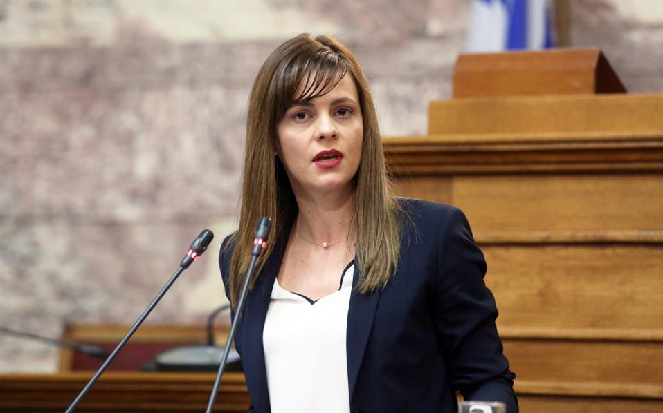 Η υπουργός Εργασίας, Εφη Αχτσιόγλου, αναζητεί τρόπο χρηματοδότησης ειδικού προγράμματος επιδότησης των εργοδοτικών εισφορών, με στόχο να ενταχθούν περισσότεροι στην ειδική πλατφόρμα του ΕΦΚΑ.
