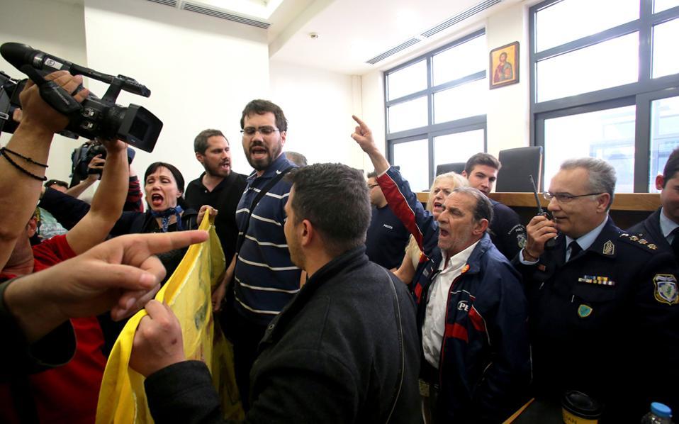 Πρώτη ημέρα επανεκκίνησης των πλειστηριασμών στο Ειρηνοδικείο Αθηνών, μετά τη μερική αναστολή της αποχής των συμβολαιογράφων, για κατοικίες όπου τα ποσά της κατάσχεσης είναι μεγαλύτερα από 400.000 ευρώ, και επαναλήφθηκε το ίδιο σκηνικό. Οι συμβολαιογράφοι υπέστησαν από το κίνημα κατά των πλειστηριασμών κατοικιών τη συνήθη μεταχείριση: βρισιές («κοράκια» κ.λπ.), εξακρίβωση στοιχείων, πολιτικές κορώνες και τελικά, έπειτα από λίγα λεπτά, έξωση από την αίθουσα. Το κίνημα επέβαλε για μία ακόμη φορά τους όρους του.