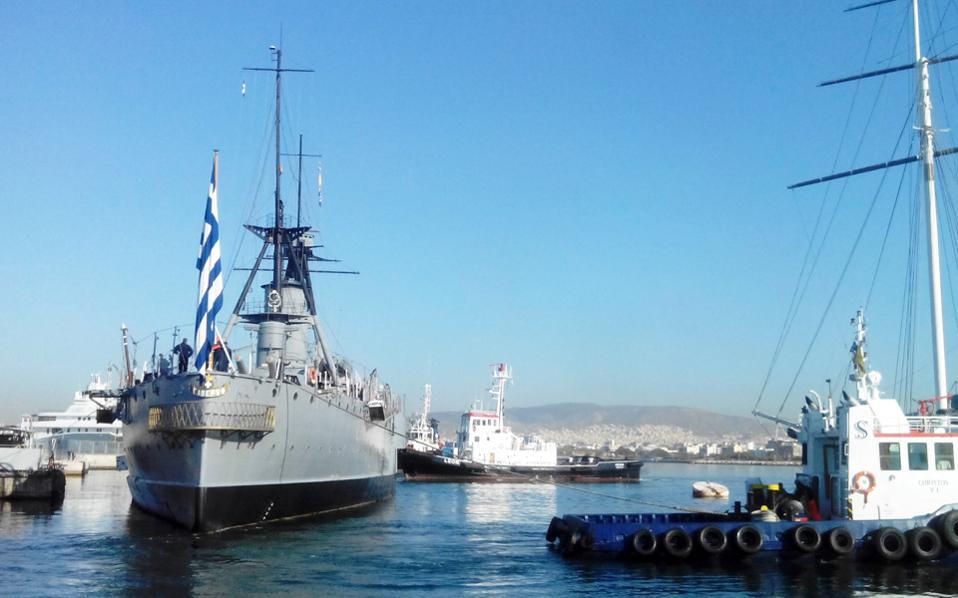 Το πλοίο λύνει τους κάβους του.