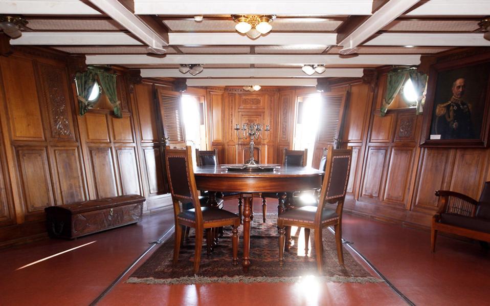 To εσωτερικό του πλοίου σε μια φωτογράφιση της «Καθημερινής» το 2010. Κάποτε είχε λαμπρά έπιπλα, ασημένια σκεύη και μια  ωραία  συλλογή βιβλίων. Ομως από το 1952 μέχρι και το 1984, πολλά από τα αντικείμενα μεταφέρθηκαν αλλού.